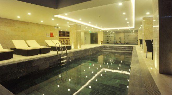 Hưởng thụ cảm giác vừa nhâm nhi cocktail của Sky pool trong khi đang thả mình trong làn nước mát mẻ của hồ bơi ở tầng 3 khách sạn Grand Sea.