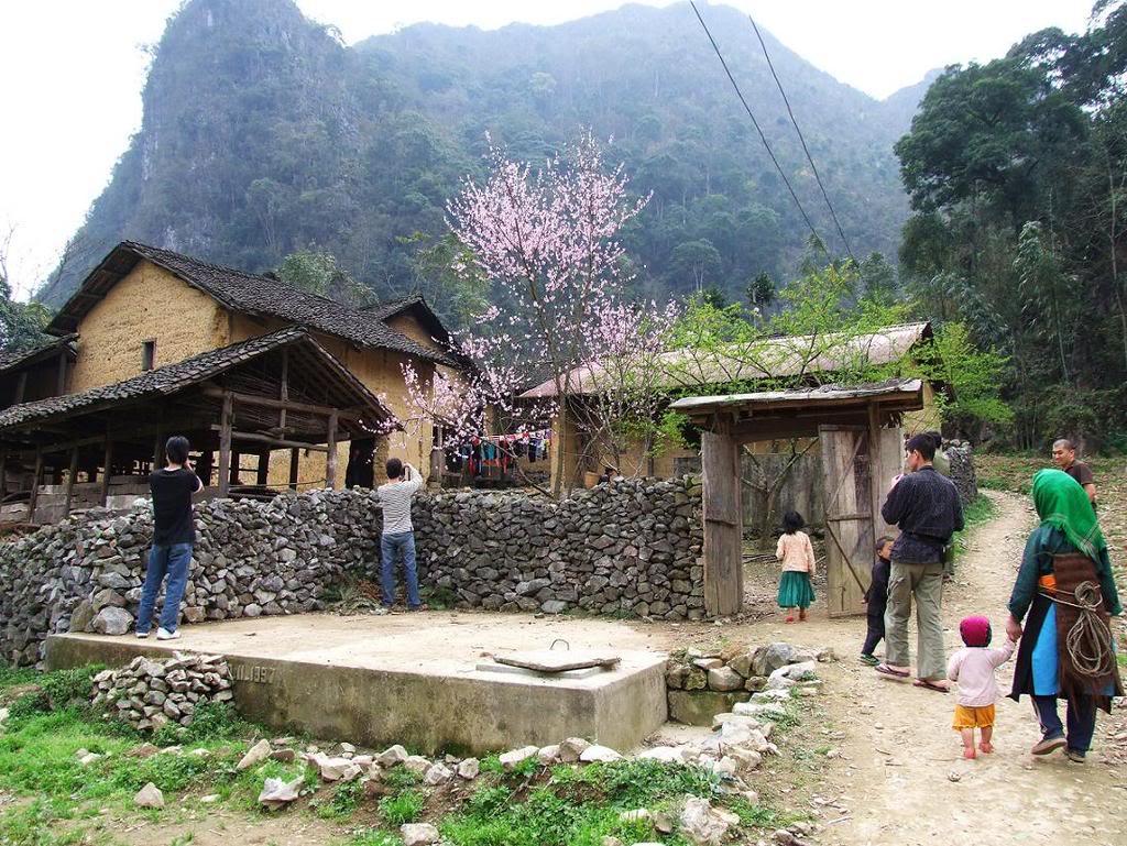 Sủng Là nằm trên tuyến quốc lộ 4C, nối những thị trấn trên mảnh đất Hà Giang