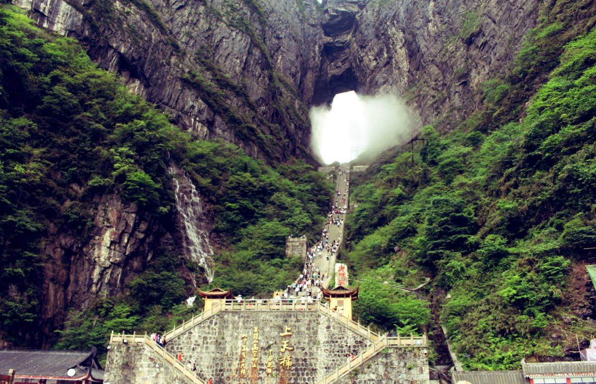 Đường đi nên cổng trời Quản Bạ càng cao thì sương mù càng dày đặc